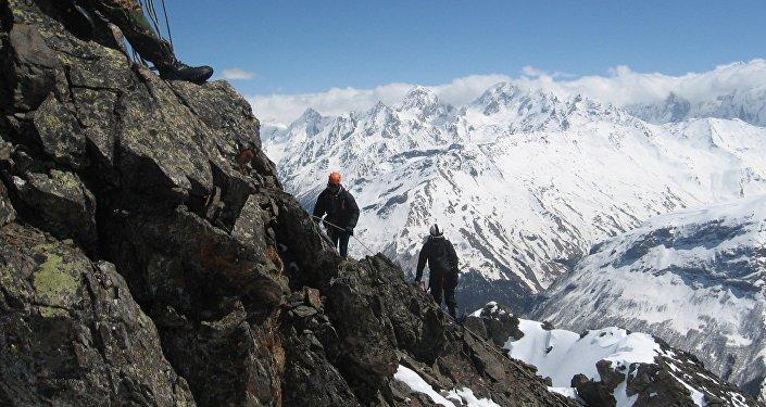 Gli alpinisti salgono verso la cima dell'Elbrus