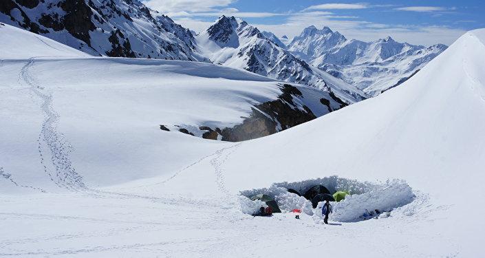 L'accampamento degli alpinisti sulle nevi dell'Elbrus